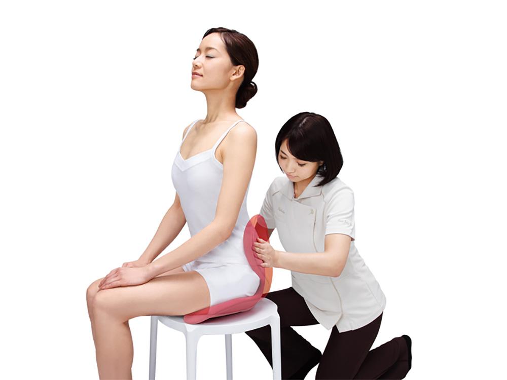 施術家の手を再現するために作られた形状が、背骨のS字ラインを支えます。