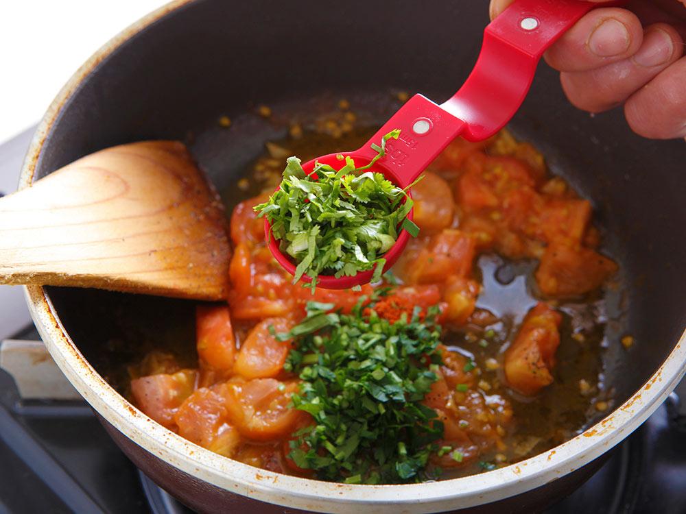 トマトを煮込む