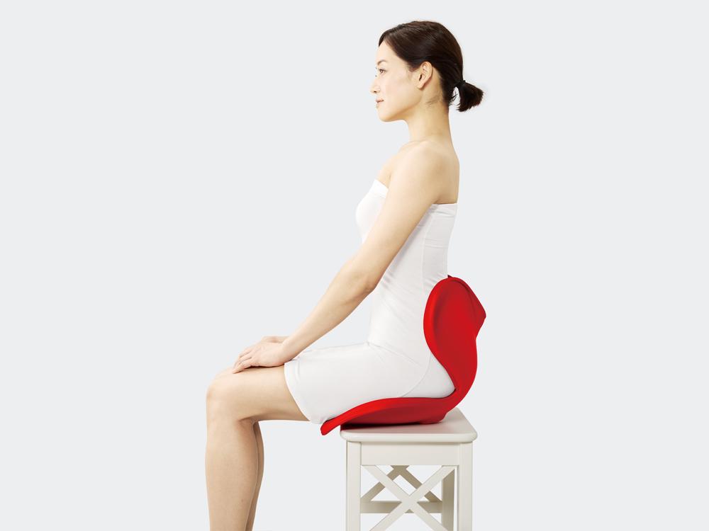 座ると前傾する座面のカーブが、日常生活で倒れがちな骨盤を支えます。
